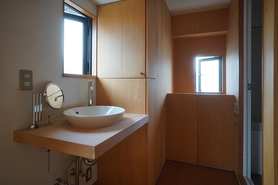 洗面台の近くにもタオルや歯ブラシなどの収納