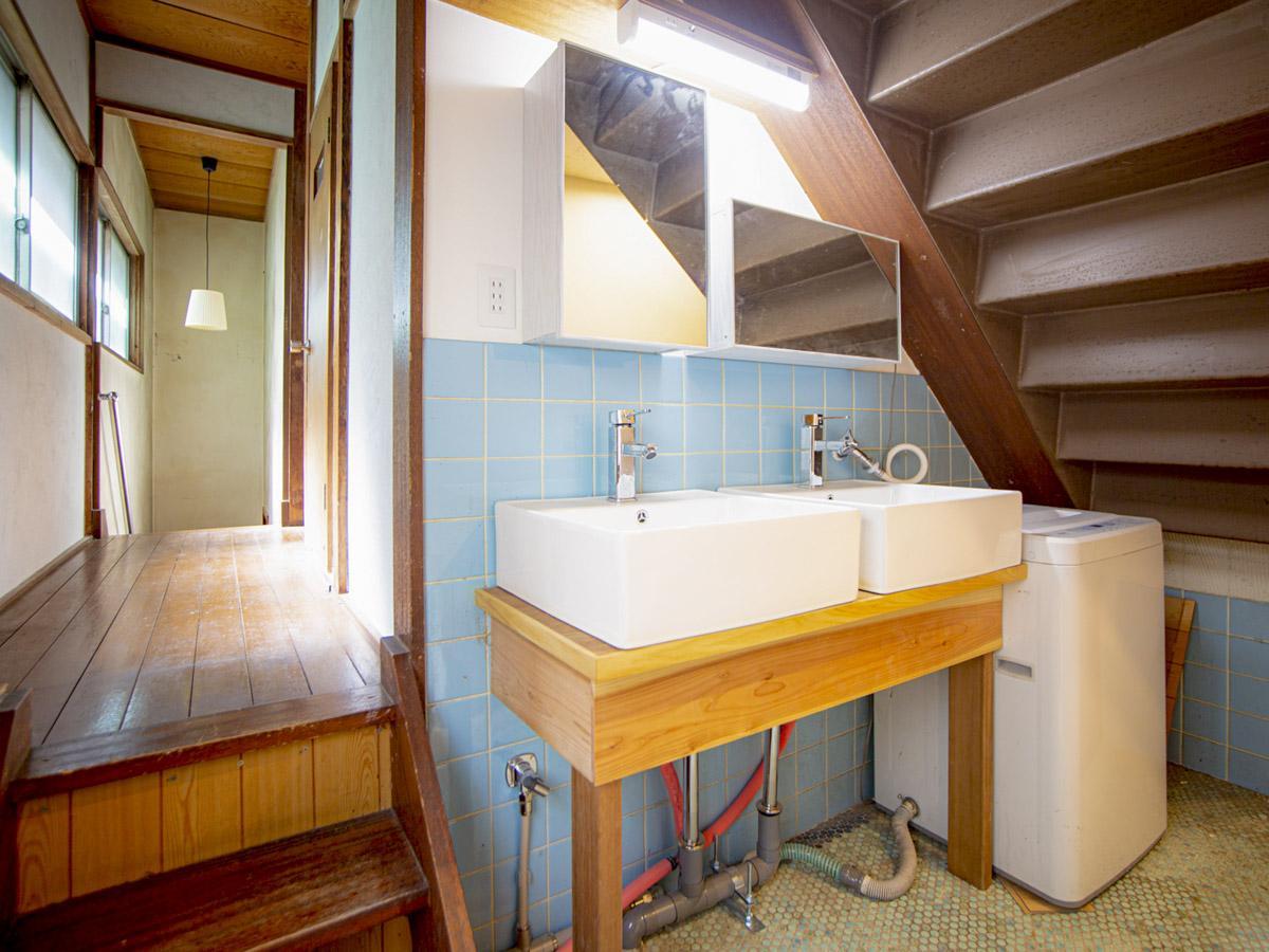 2階洗面スペース。洗濯物を干すときは階段を上って屋上へ
