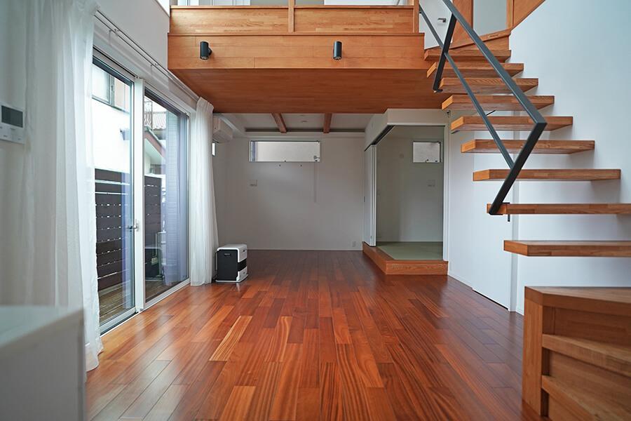 約18畳のLDK。質感の良いフローリングを使用しています。軽やかなデザインの階段もいい感じ