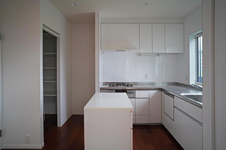 冷蔵庫置き場の隣にパントリー、流しの隣に収納、調理台もあるキッチン。ほんとに使いやすそう