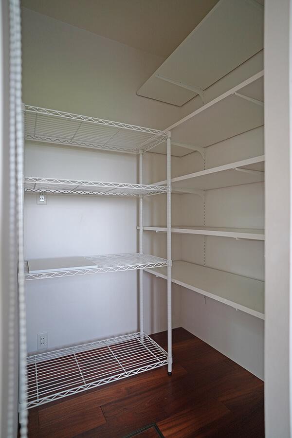 パントリーには可動棚が。食品だけではなく、家電製品も置ける広さ
