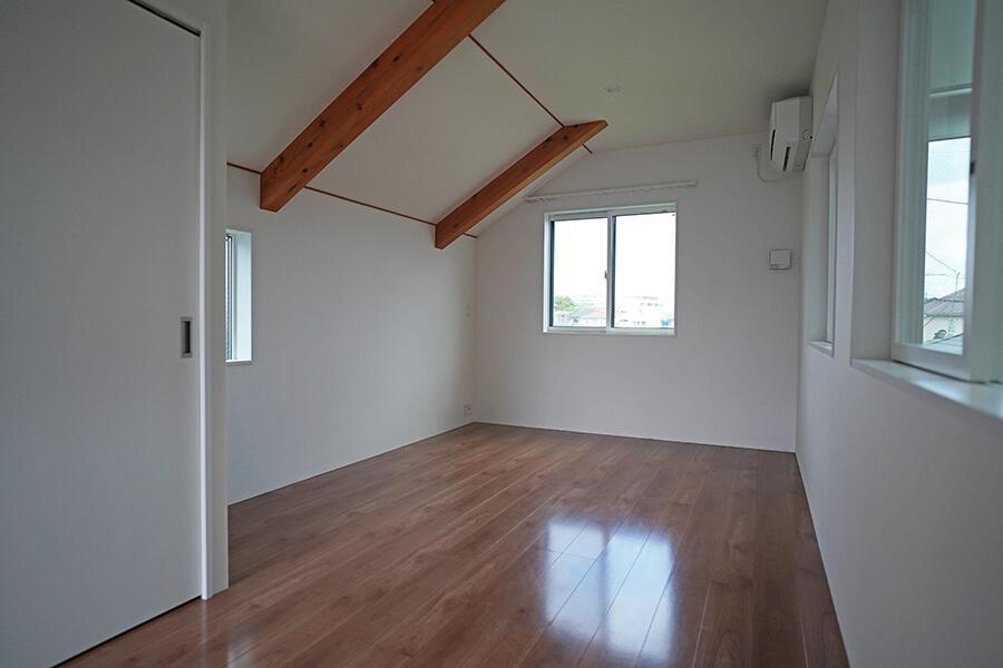 約8.8畳の洋室。主寝室に良さそう