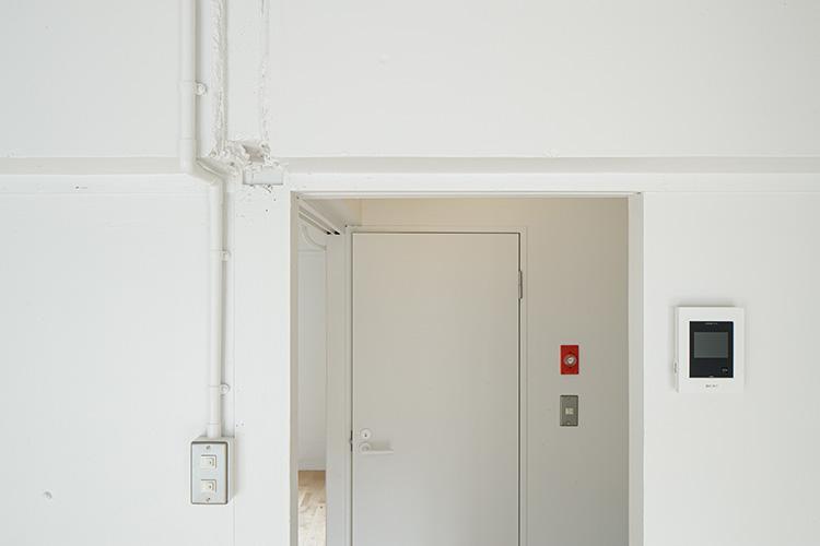 白い壁は塗装で仕上げられ、風合いがいい。剥き出しの配管がリノベーションならではの味わいを演出