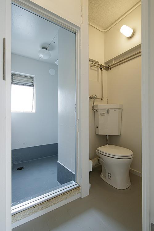 トイレ、奥にシャワールーム