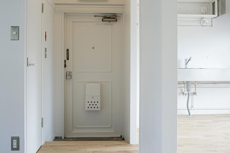 鉄扉の玄関がレトロでがかわいい