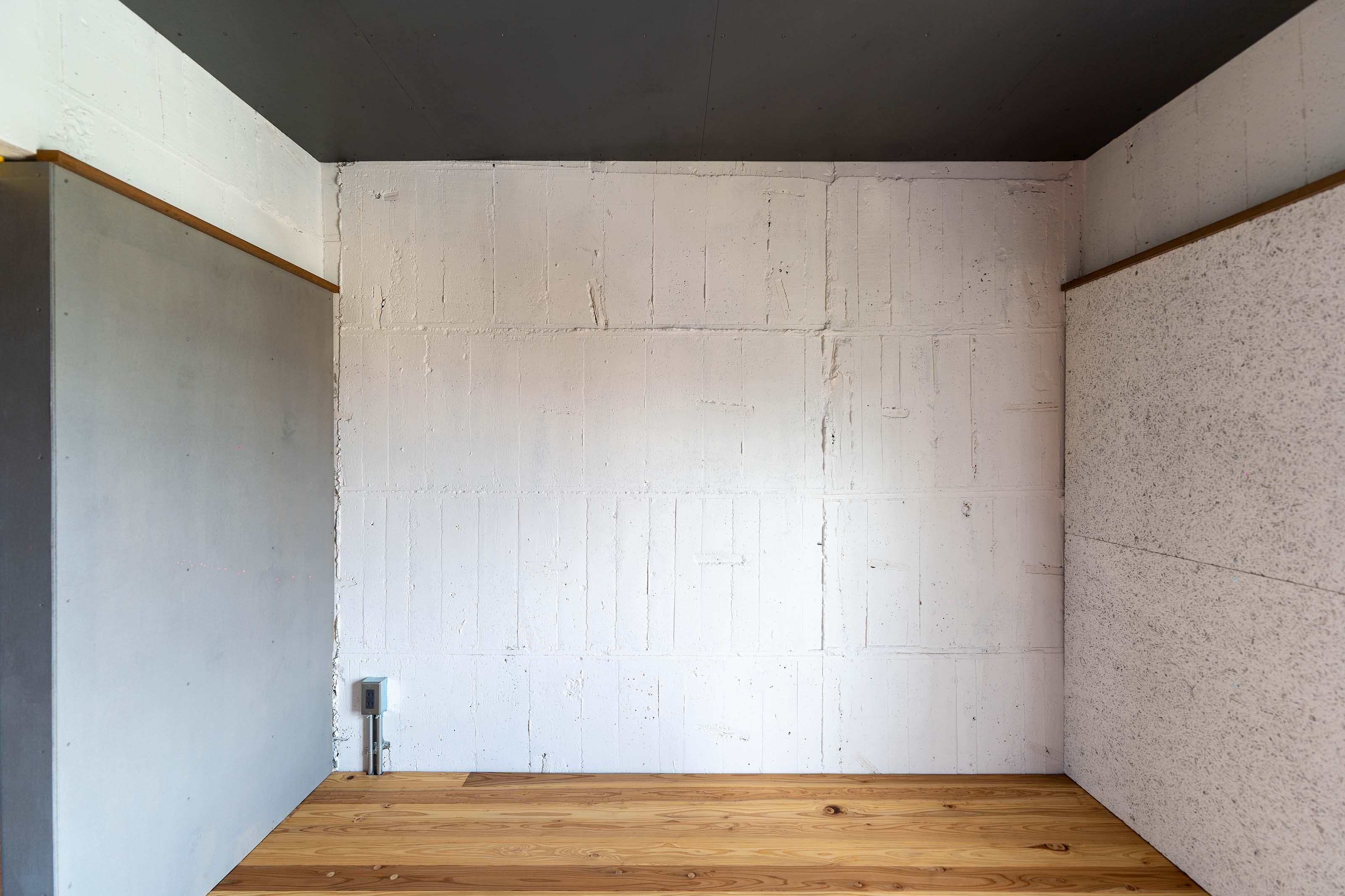 5.2畳の洋室。躯体に白く塗装された壁