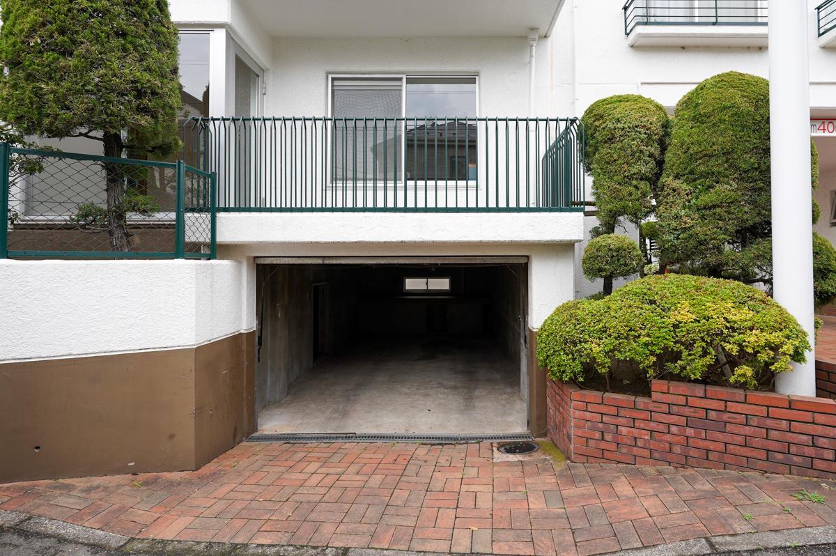 手動式シャッターを開けるとガレージがついており、2階、3階が居室部分です。