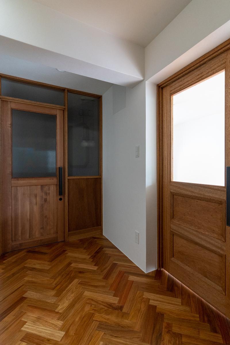 1階の廊下。左側の窓の先はトイレ