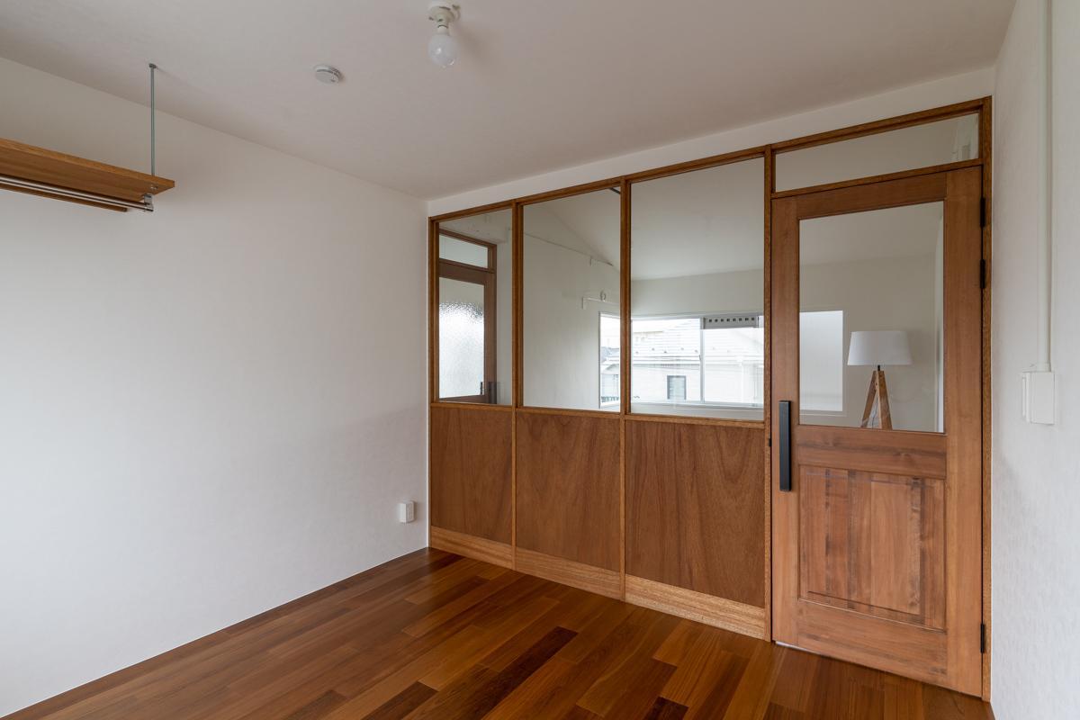 2階の小さい方の洋室はフリースペースとガラス入り木製建具で仕切られています