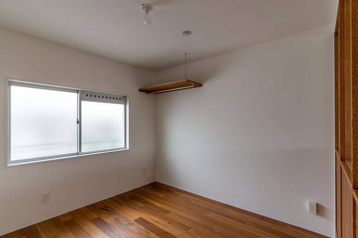 2階の小さい方の洋室