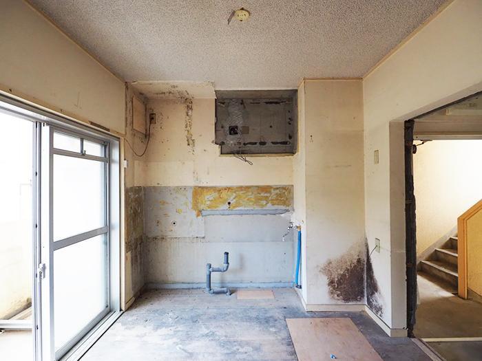 キッチンがあった場所。給排水の配管や換気口がある