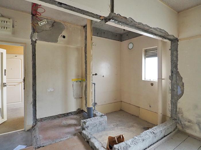 左側にトイレの配管、右側は浴室だった場所