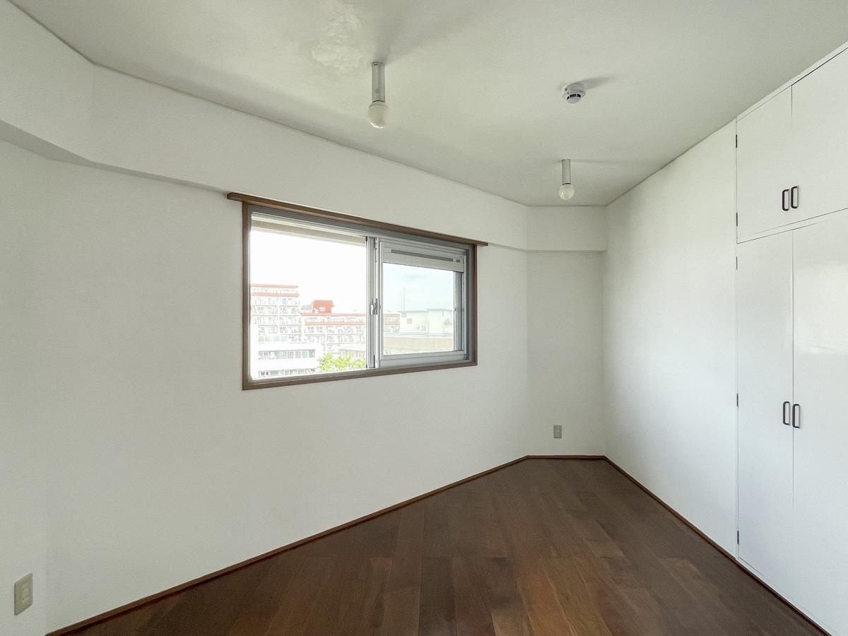 5.5畳のサンカク洋室。リビングとつなげて使うもよし、主寝室にするもよし。収納扉も塗装仕上げ