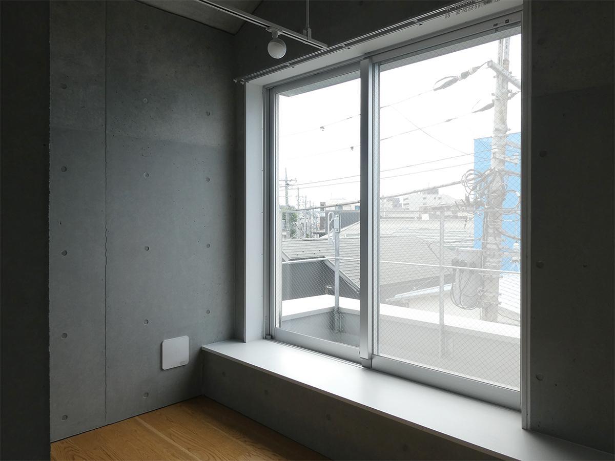 A棟4階10号室:北側洋室。大きなまどからはバルコニーへ出られます