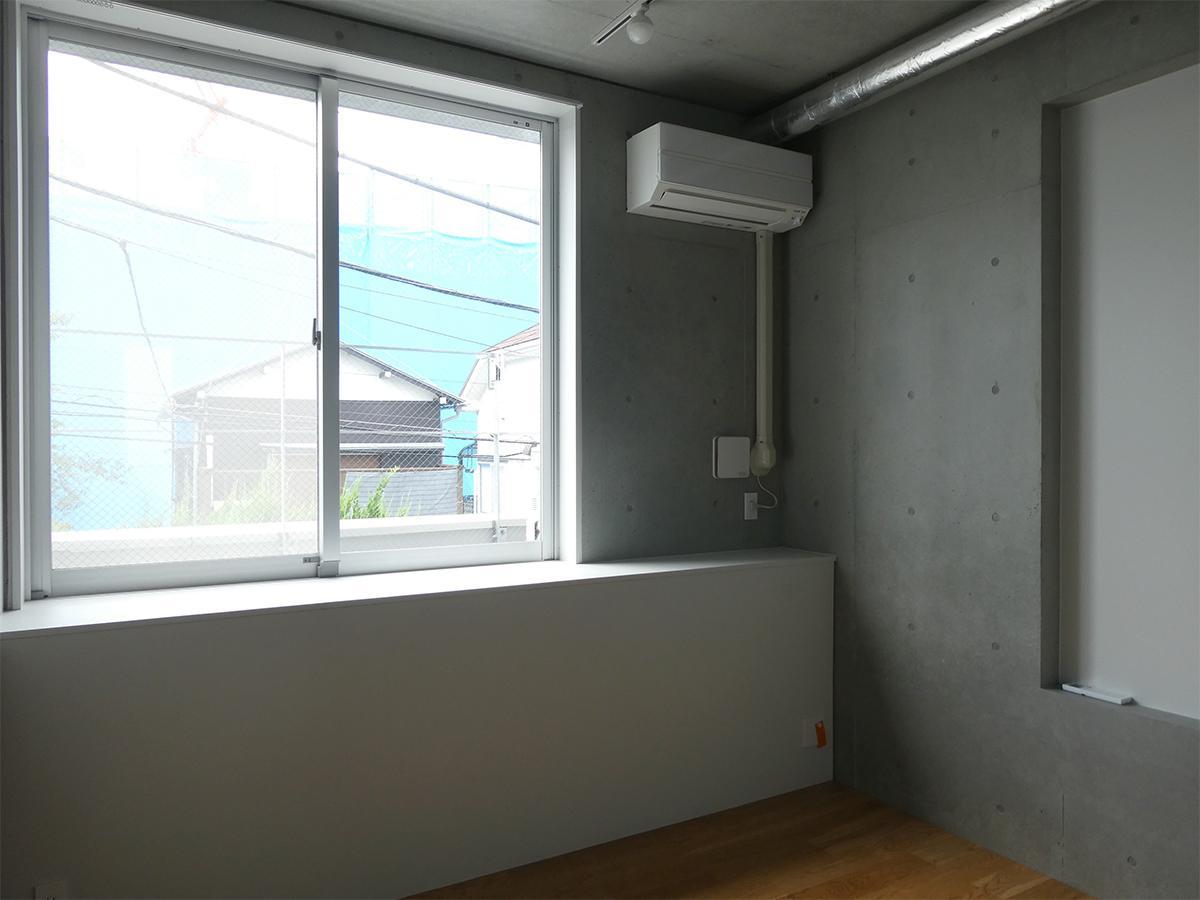 A棟3階7号室:北側洋室。窓の先はバルコニー