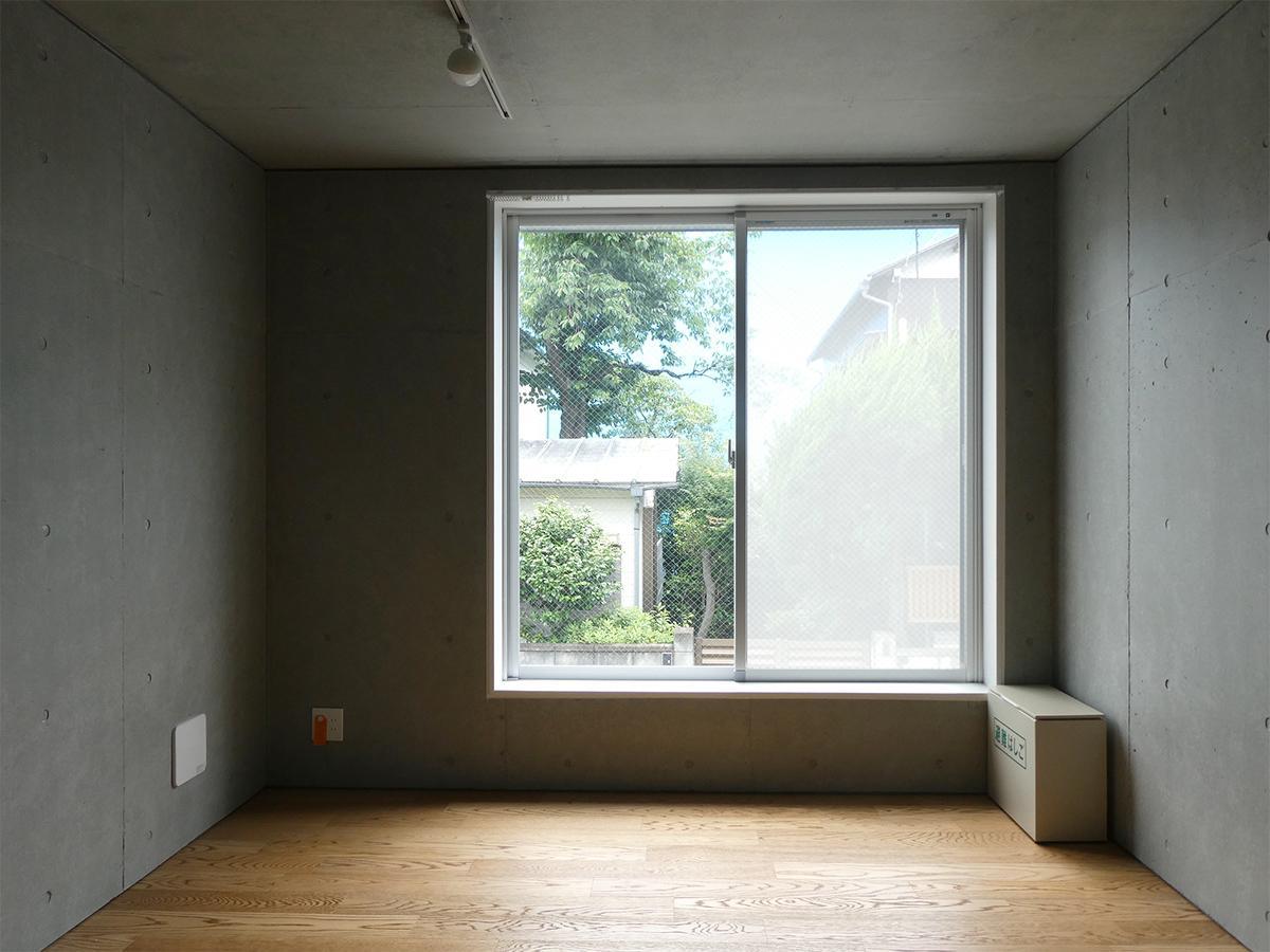 A棟2階5号室:北側洋室。ゆとりのあるサイズ感で家具の配置がしやすそう