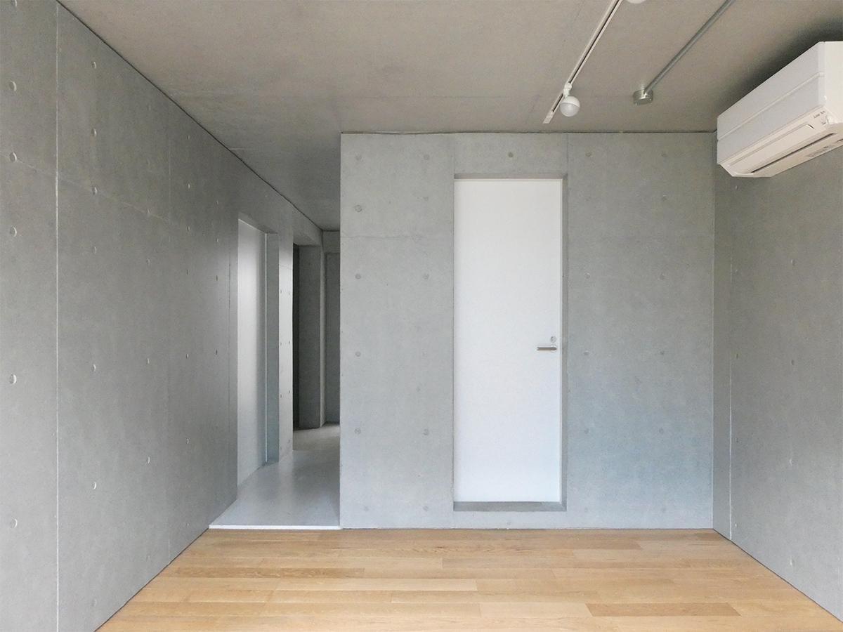 A棟2階5号室:北側洋室。ドアの先は水まわり