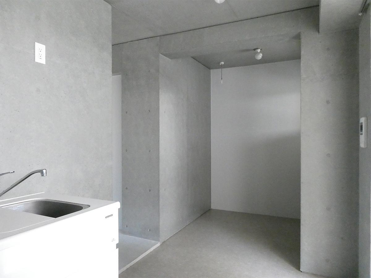 A棟2階5号室:南側洋室。くぼみにテーブルを置くイメージ