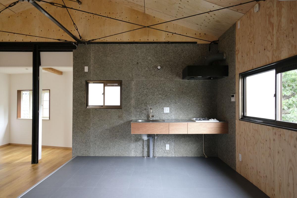 床はモルタル調タイル。色合いがラワンのキッチンとよく合ってます