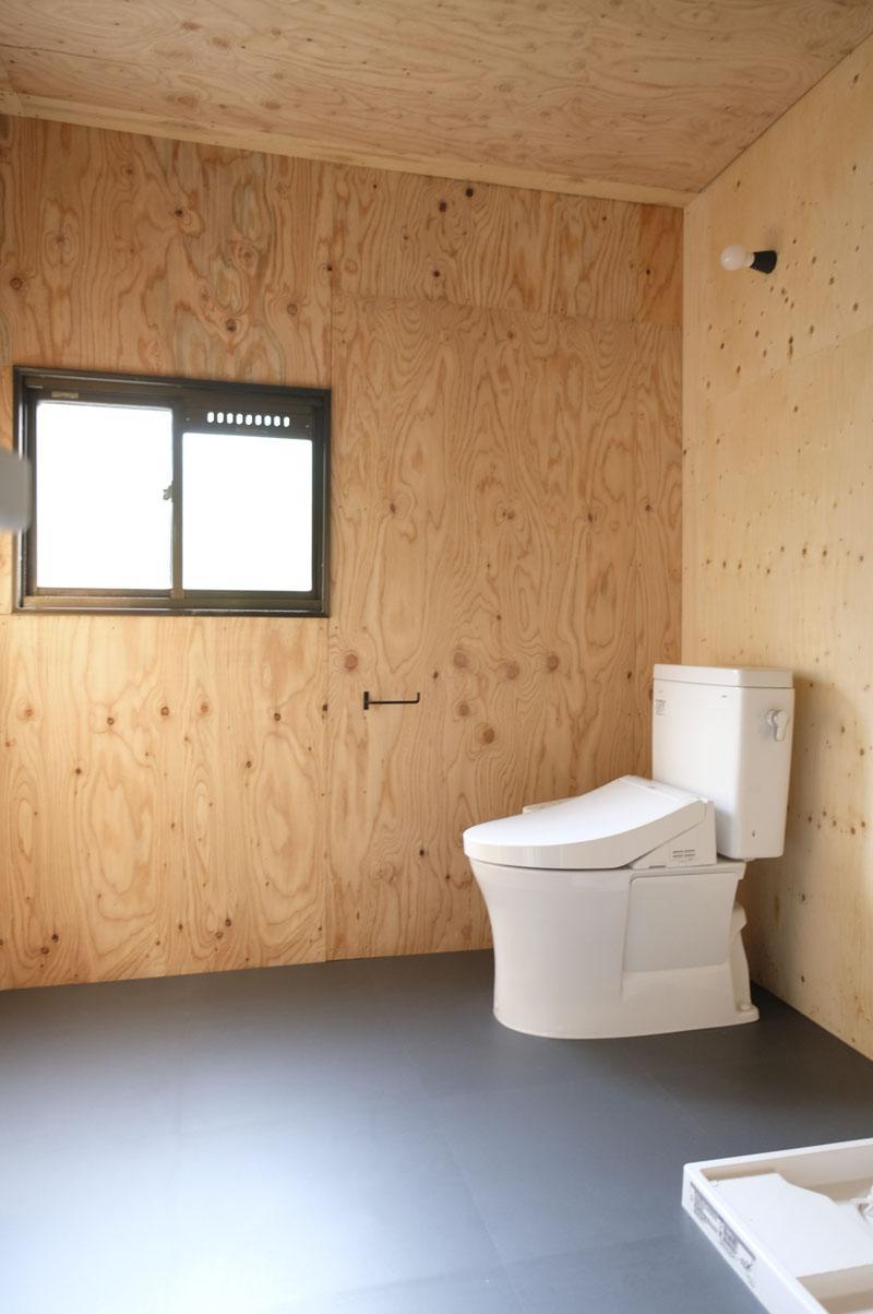 だいぶゆとりのあるトイレと洗濯機スペース