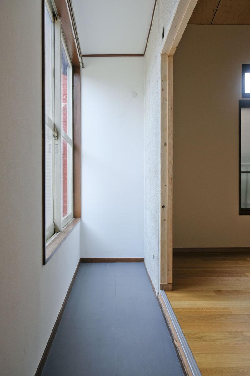 玄関の階段を登ってすぐのスペース。靴棚はここに置くのが良さそう