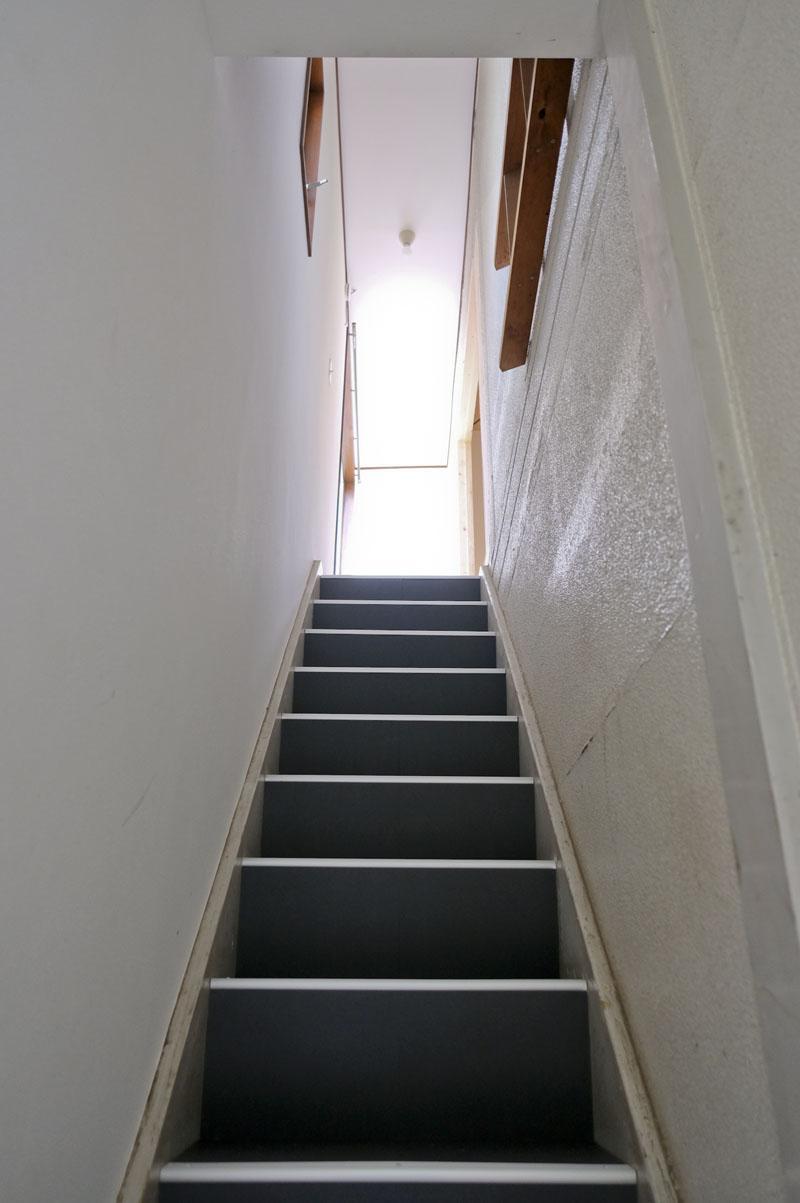 こちらが階段。幅は大体57cmくらい。