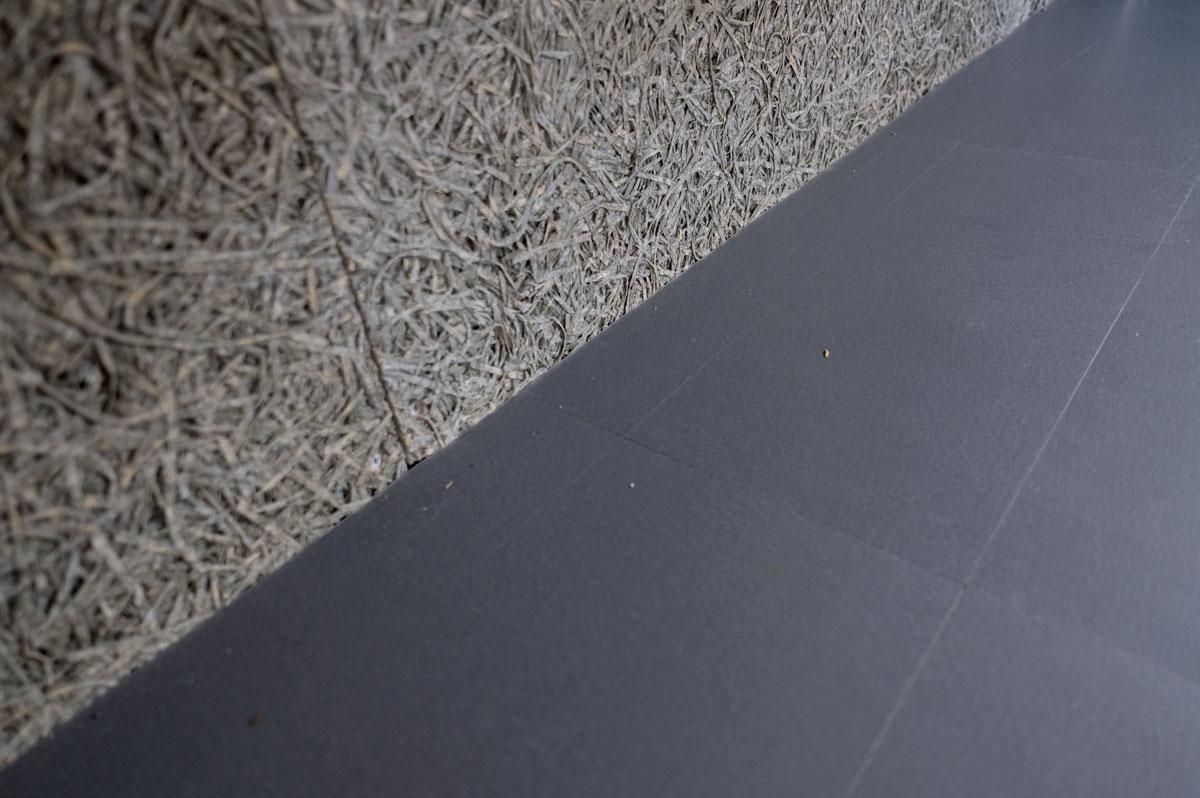 床のタイルと木毛セメント板の素材感