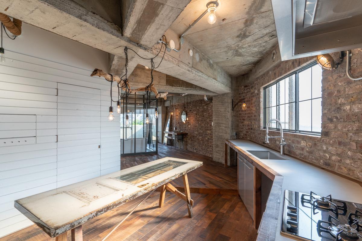 変形した壁面に沿って造作されたオリジナルのキッチン