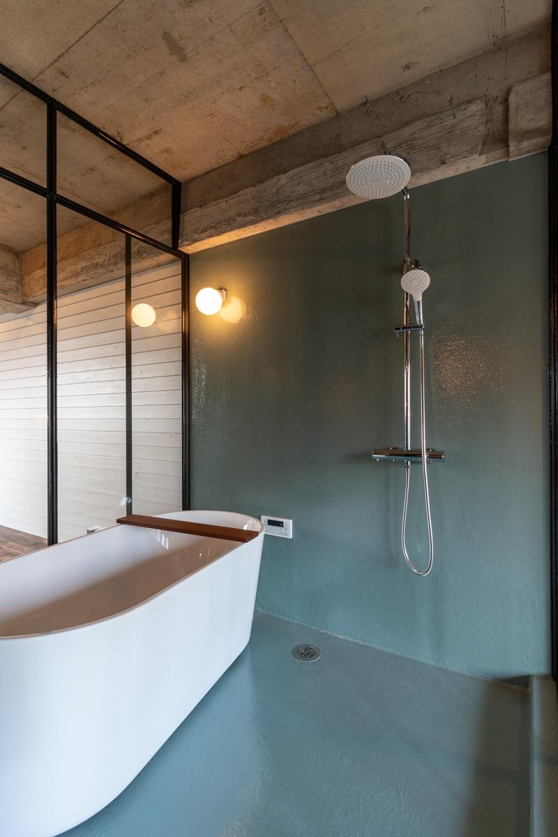 明るく開放的なバスルーム