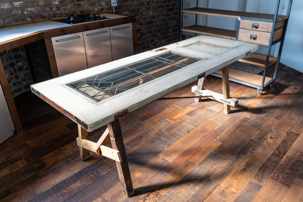古いドアの表面を樹脂で平滑にしたダイニングテーブル