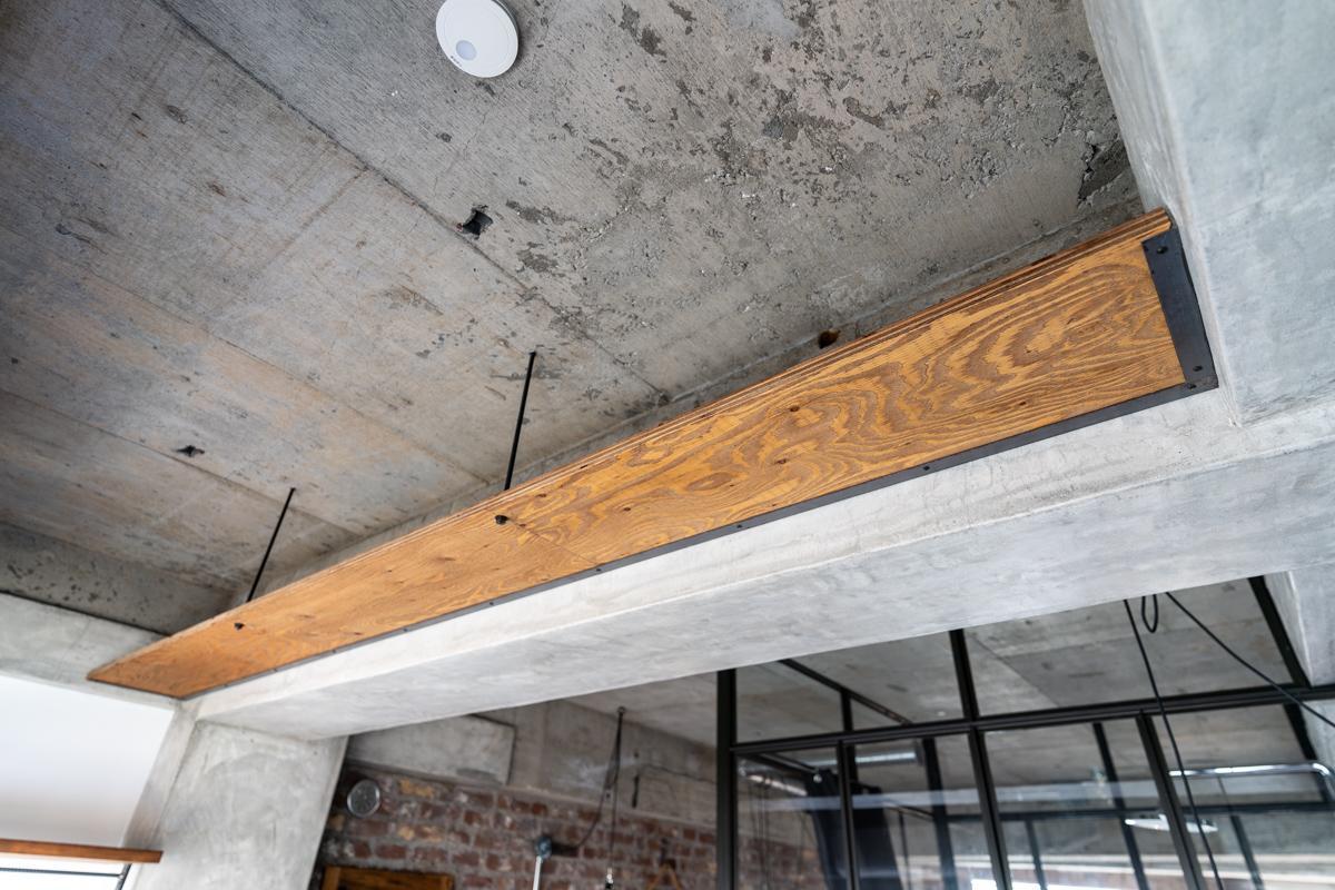 寝室の梁にも吊棚が取り付けられているという細やかな配慮も