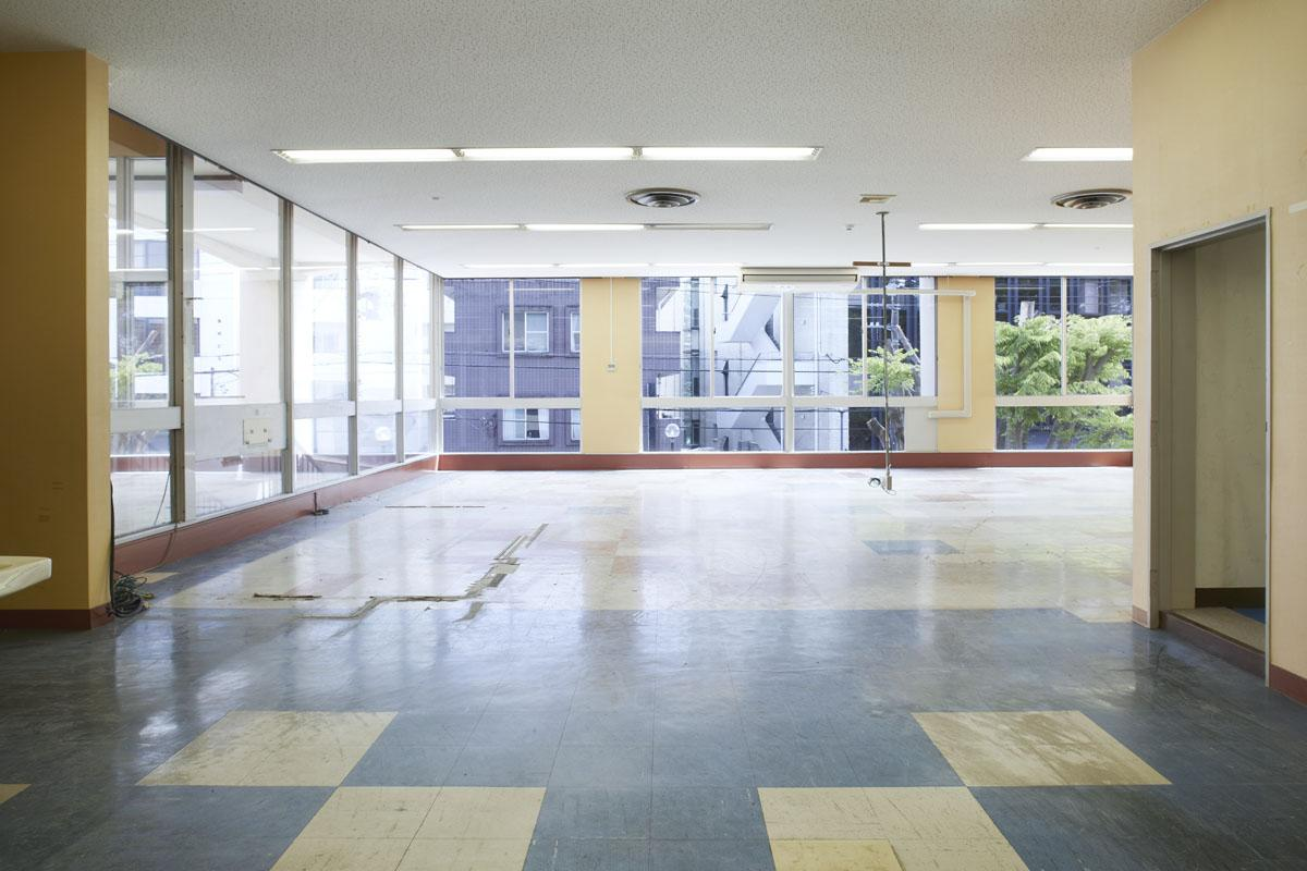 【2F】旧子供室区画:天井いっぱいまである大きな窓で、気持ちいい空間