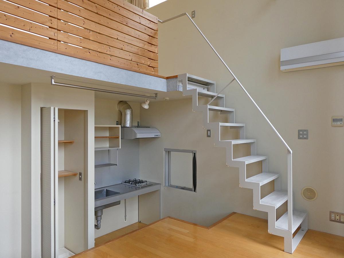 LDK:階段やキッチンはスタイリッシュな雰囲気