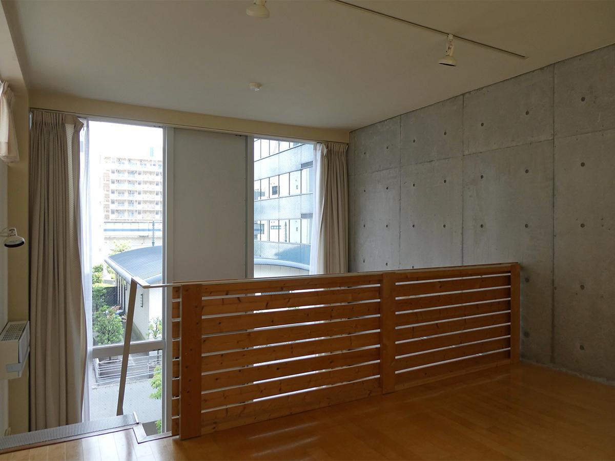 2階洋室:吹き抜けのおかげで空間に広がりを感じる