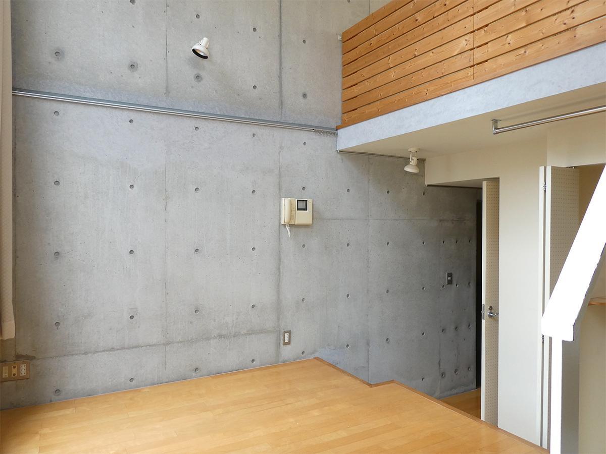 LDK:打ちっぱなしのコンクリートの壁には、ピクチャーレールがありました