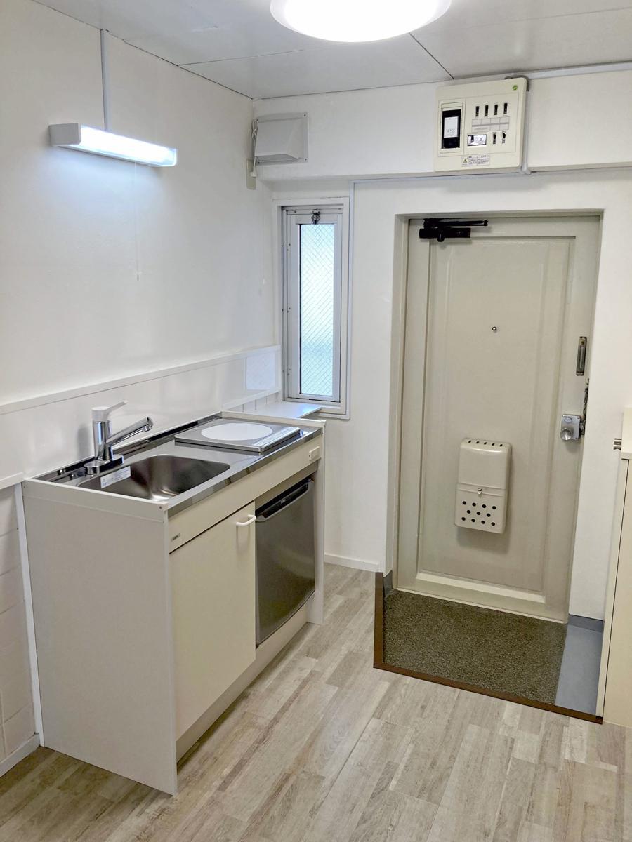 キッチン部分のクッションフロア、ミニキッチン、IHコンロ、ミニ冷蔵庫、換気扇、照明などは今回新品です