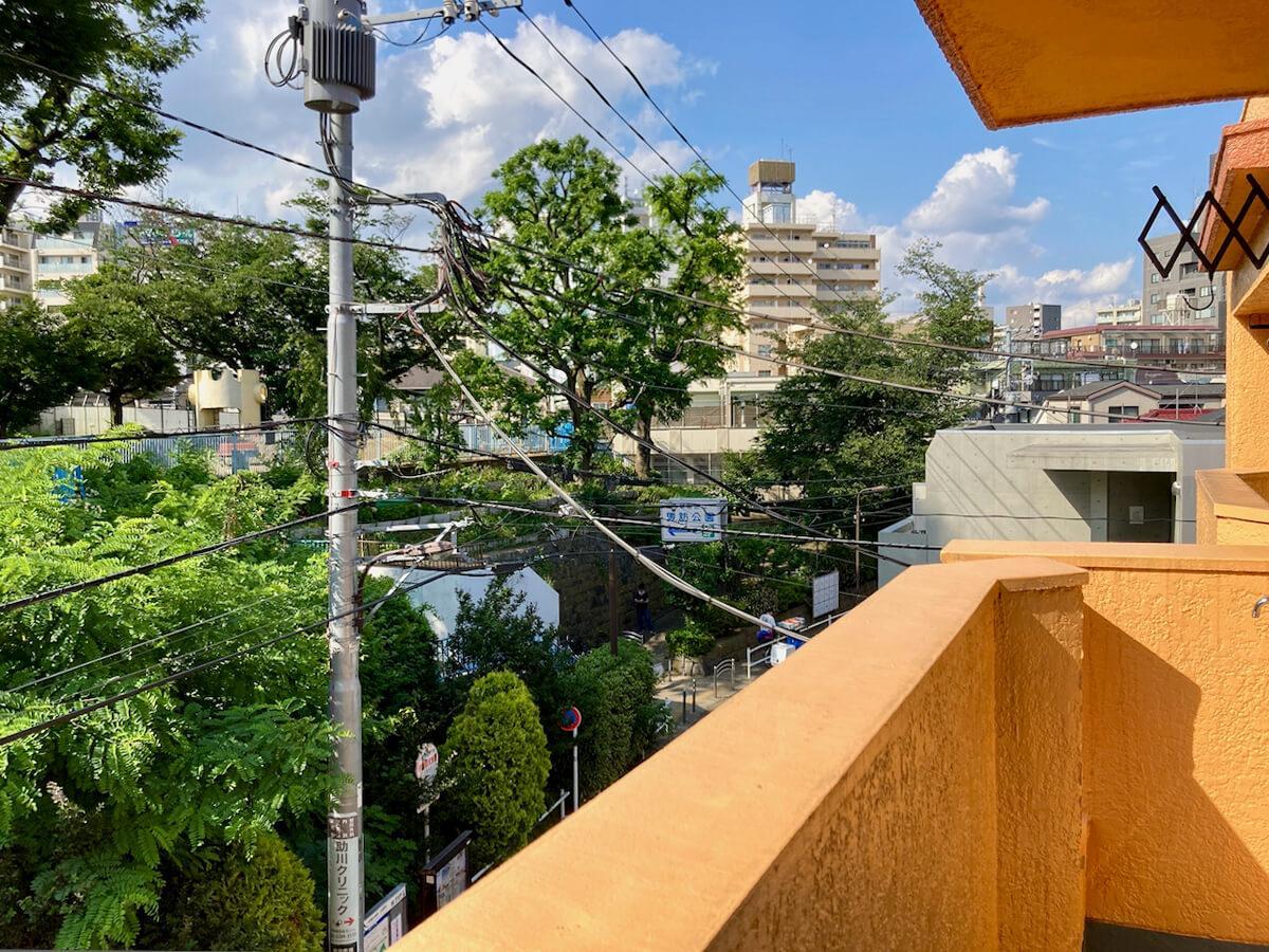 3階のバルコニー。4階の景色よりもより緑を近くに感じられます