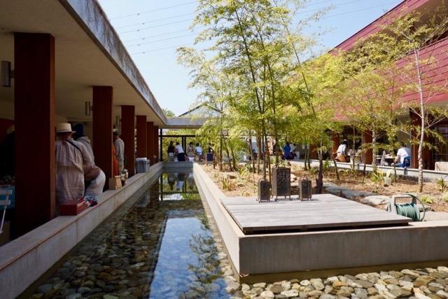 各住棟が中庭を取り囲むように軒下空間で繋がれ、中庭に面したところにはカフェや趣味室が配置されています