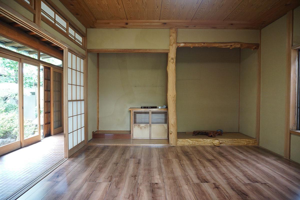 8畳の洋室。三方向に窓があるので気持ちいい