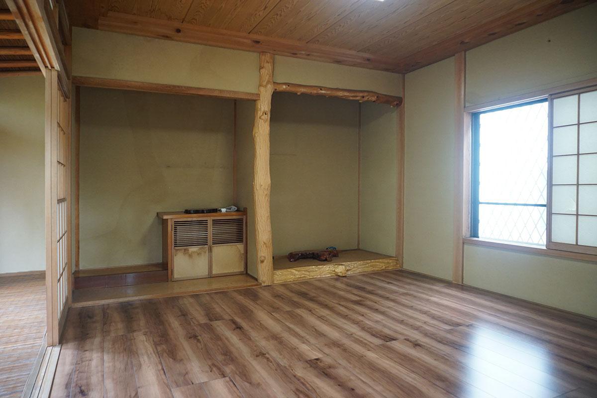 床の間の左の棚の中に置き型のエアコンが設置されている