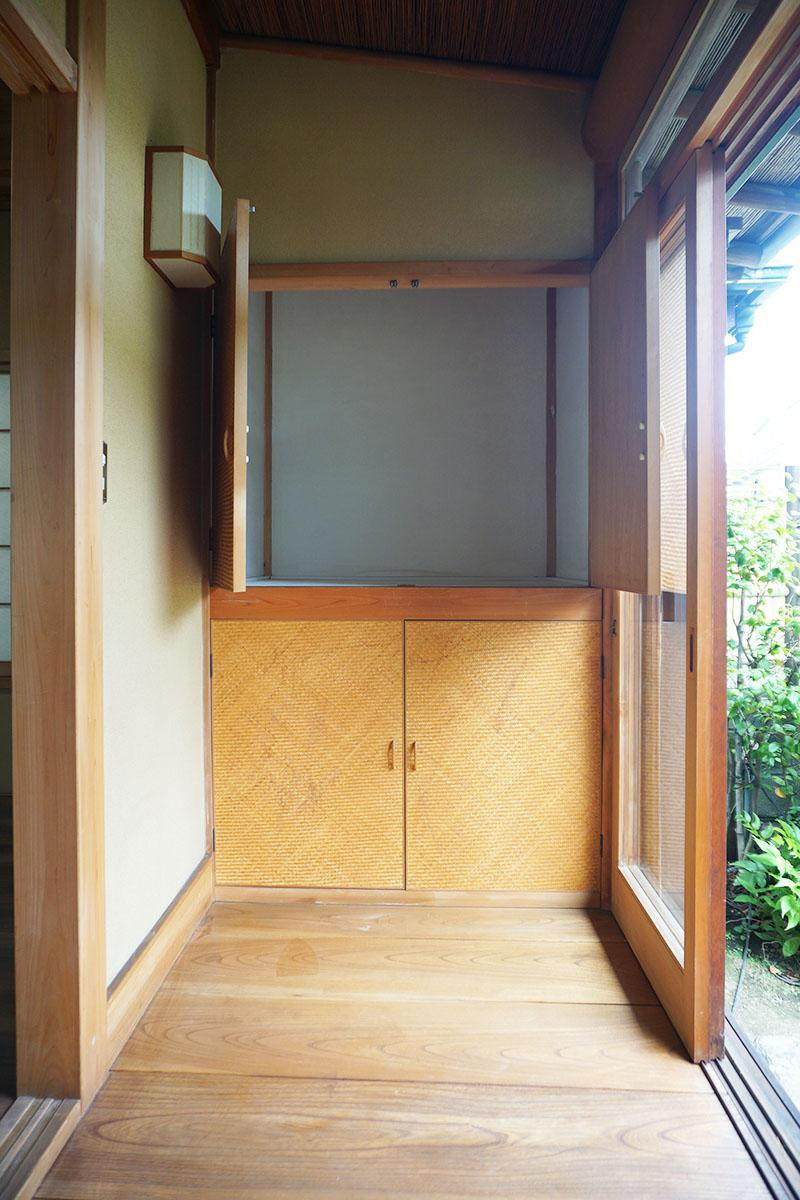 小さい縁側。収納の戸の表面は竹を編み込んだシートが貼られている