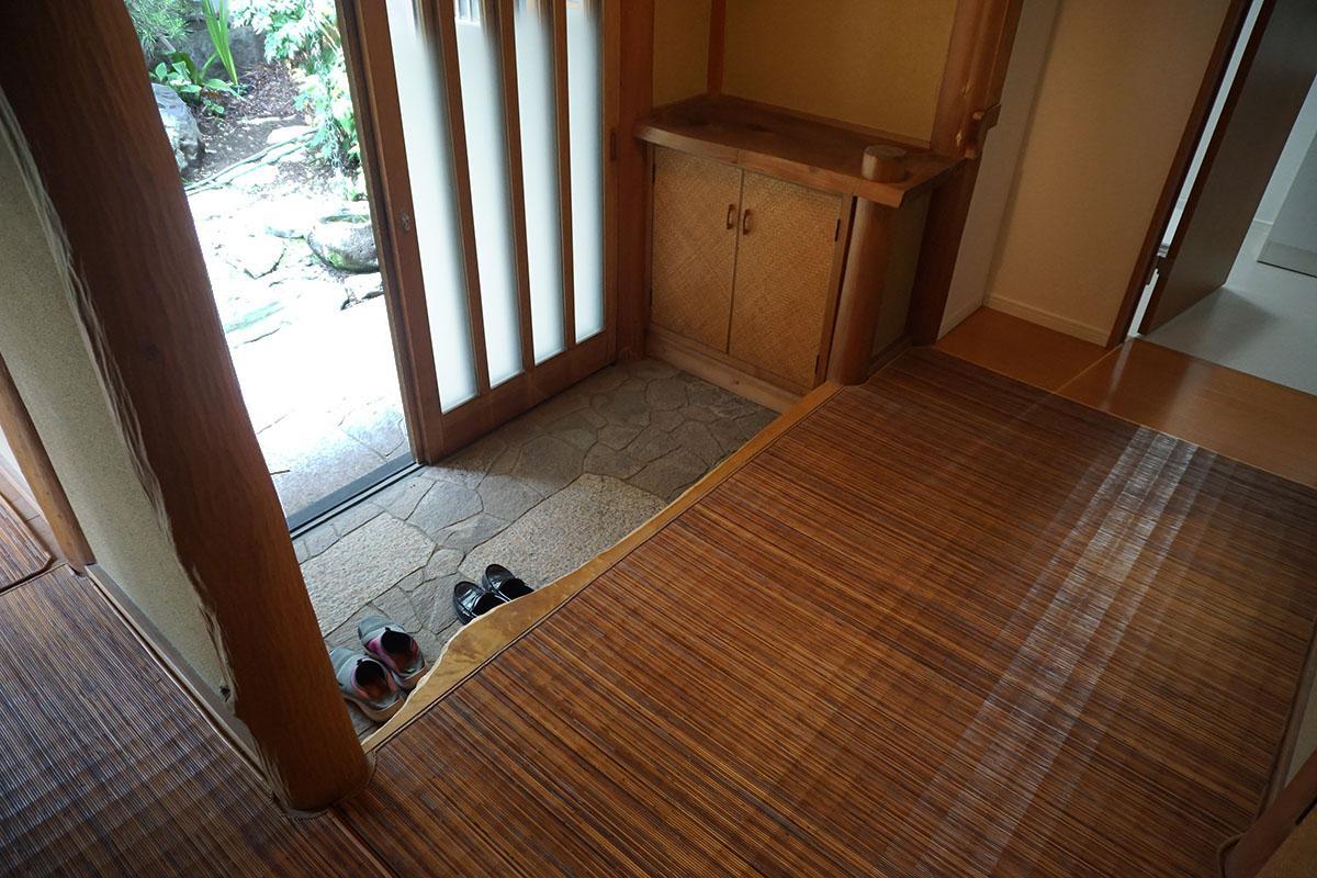 玄関。無垢床の上には竹のゴザを敷いている