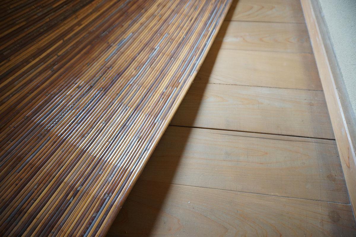 玄関、縁側は無垢床。竹のゴザが敷かれている