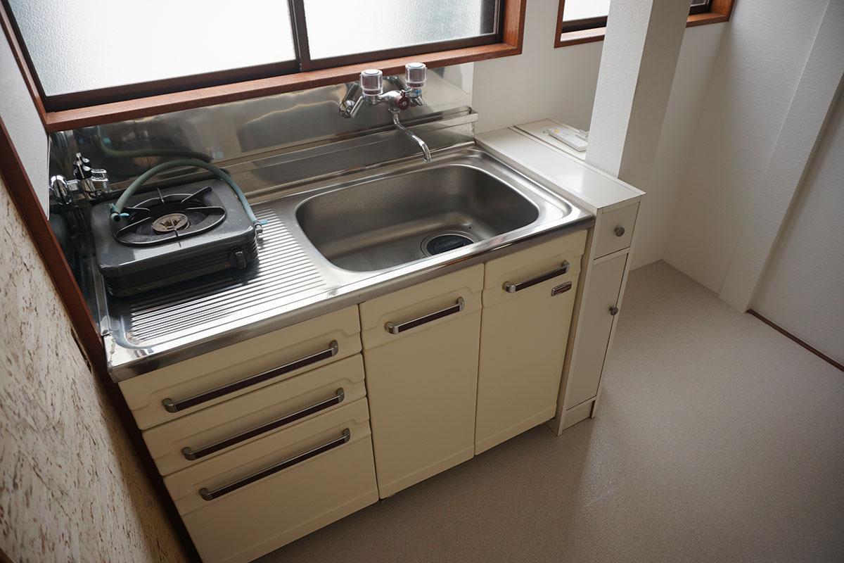 キッチンはレトロ。料理をする方は可動式の作業台を準備した方がいいかも