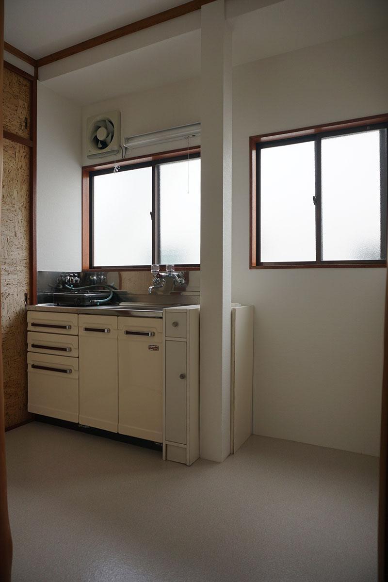 窓があるのはうれしい。冷蔵庫は右の方に