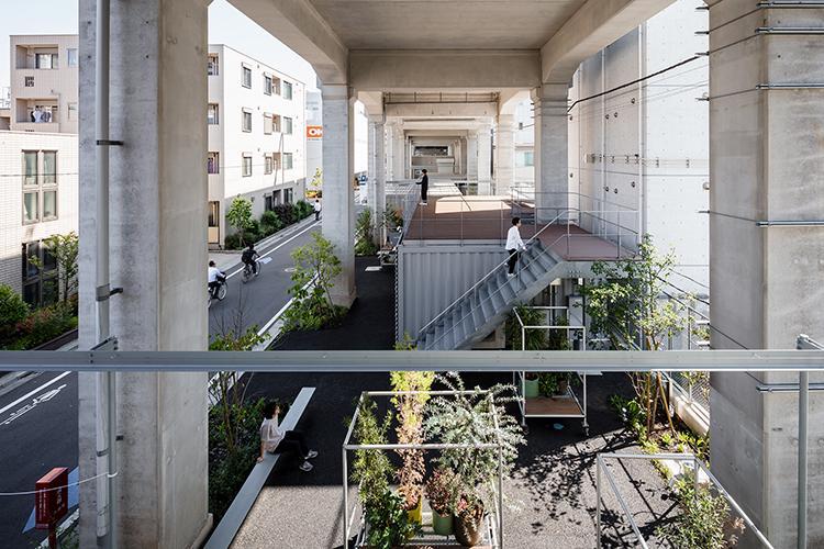 ルーフトップはファクトリースペースのある建物の上につくられている。屋外ですが、高架の屋根に守られている感じが落ち着く