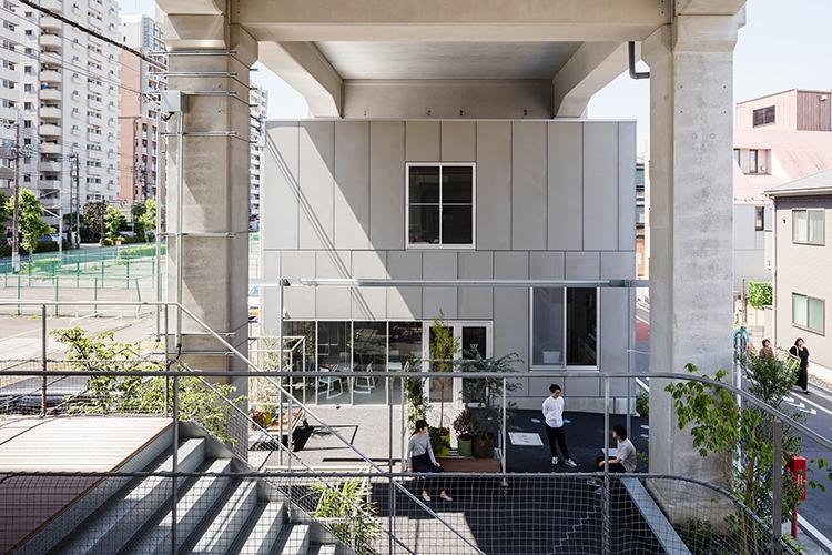 2階建になった建物がコワーキングスペースの箱