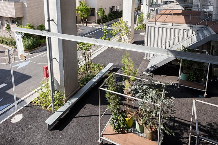 それぞれの建物の間の中庭スペースには植物やベンチが置かれ、いろいろと活用できそう