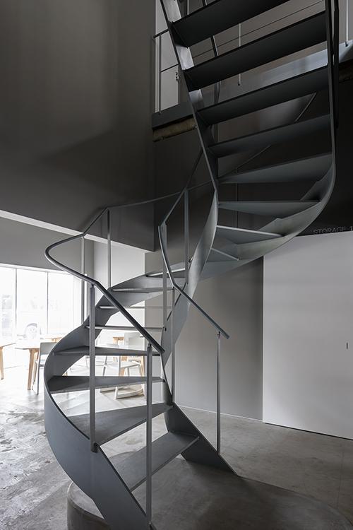 かっこいい階段を上がって2階に
