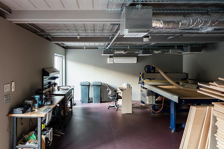 ファクトリースペースは家具づくりなどに使えるCNC切削機(Shopbot)が用意されている
